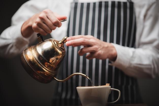 커피 메이커, 빈티지 스타일 카페와 커피 드립 필터 프로세스의 개념