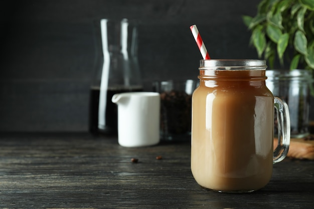 木製のテーブルにアイスコーヒーと冷たい飲み物の概念