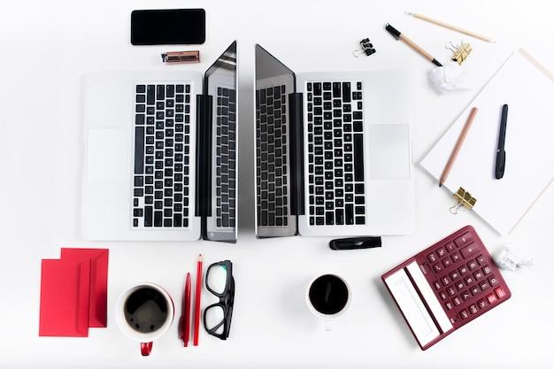 편안한 남성과 여성의 직장의 개념. 흰색 책상에 가제트