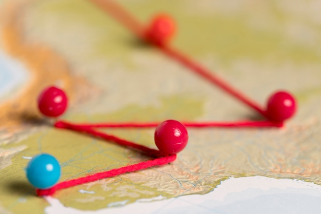 地図上のピンとの通信の概念