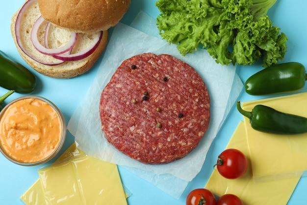 파란색 배경에 햄버거 요리의 개념