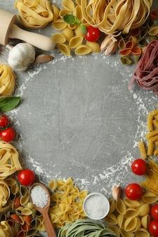 회색 질감에 파스타 요리의 개념