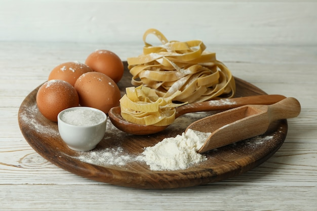 흰색 나무에 파스타 요리의 개념
