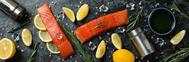 Концепция приготовления лосося на черном дымчатом фоне