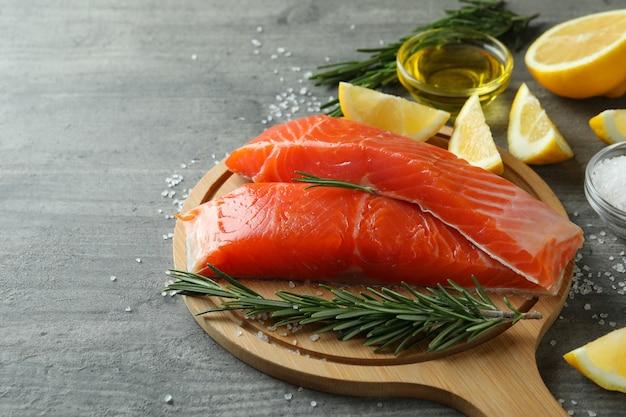 Концепция приготовления лосося на сером текстурированном столе
