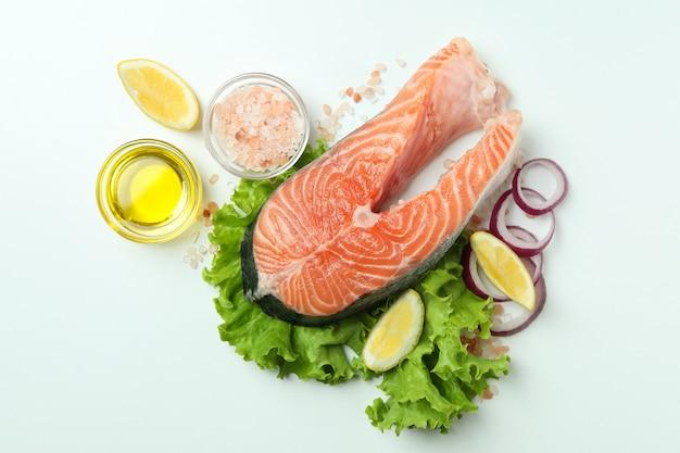 Концепция приготовления лосося на белом фоне