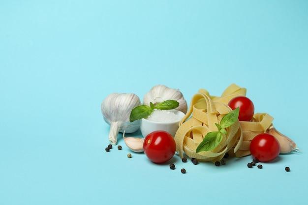파랑에 맛있는 파스타 요리의 개념