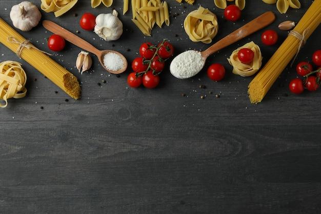 어두운 나무에 맛있는 파스타 요리의 개념