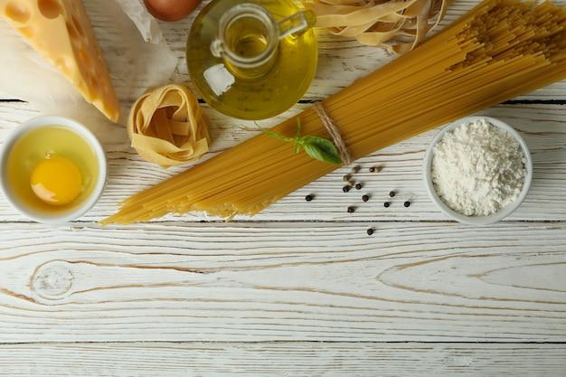 白い木製でおいしいパスタを調理するコンセプト