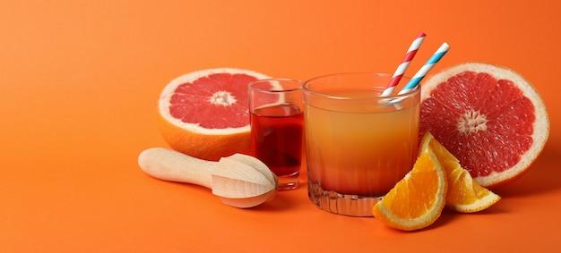 Концепция приготовления коктейля текила восход солнца на апельсине