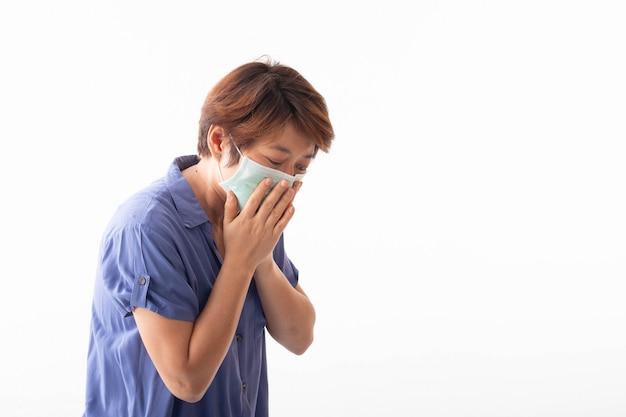 코로나 바이러스 2019의 개념 아시아 여성은 코 분비물, 기침, 재채기 및 열이 있으며 전염병을 예방하기 위해 입과 코를 가리는 마스크가 있습니다.