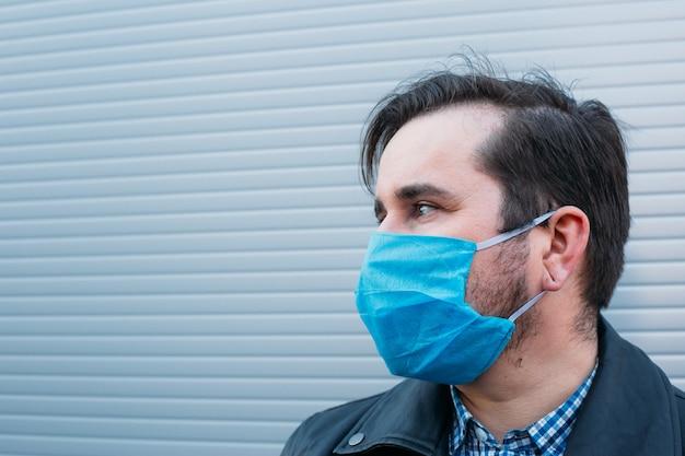コロナウイルス検疫の概念。 mers-cov、小説コロナウイルス2019-ncov、電話を使用してニュースを検索する医療用フェイスマスクを持つ男性。大気汚染