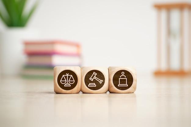 Концепция значков суда, правосудия и адвоката на деревянных кубиках.