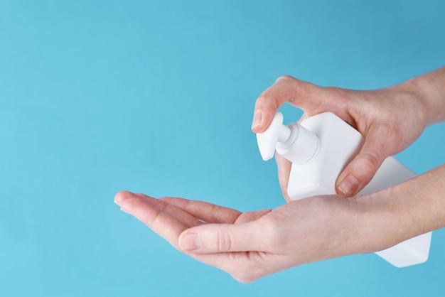 Covid-19의 개념은 방부제로 건강을 보호합니다. 코로나 바이러스 예방 조치로 소독제 또는 방부제 젤을 사용하여 여성 손을 씻으십시오