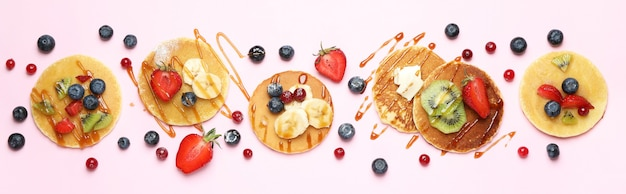 ピンクの背景にパンケーキとおいしいデザートの概念