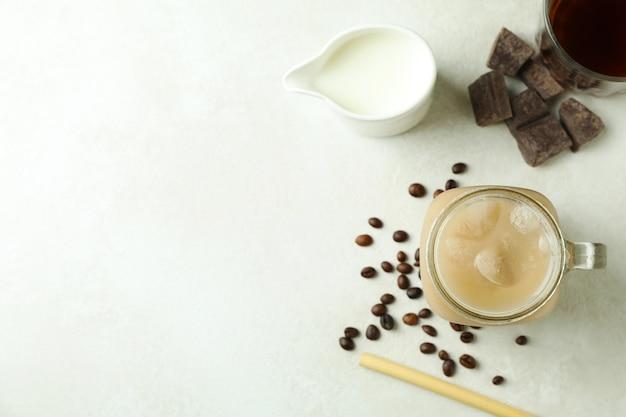 Концепция вкусного напитка с ирландским кофе на белом текстурированном столе