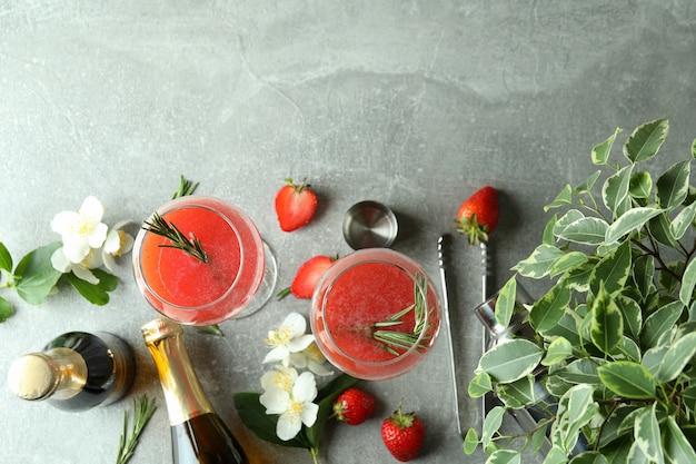 Концепция вкусного напитка с коктейлем россини на сером текстурированном столе