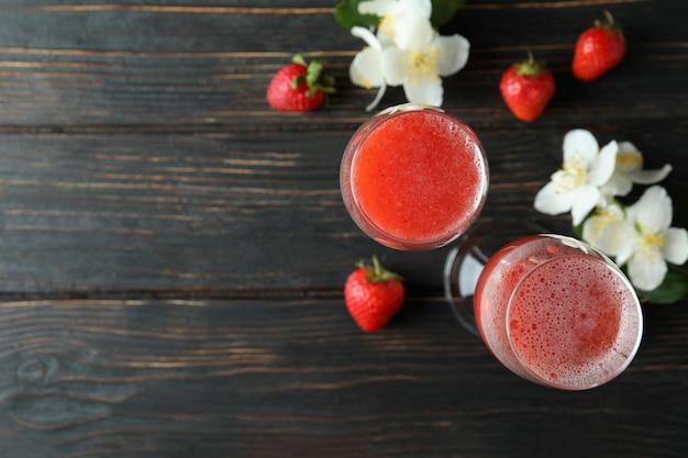 Концепция вкусного напитка с коктейлем россини на деревенском деревянном столе