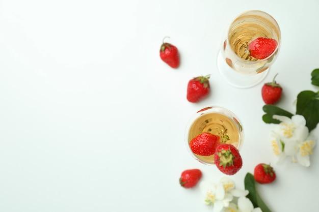 Концепция вкусного напитка с коктейлем россини на белом столе