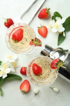 Концепция вкусного напитка с коктейлем россини на белом текстурированном столе