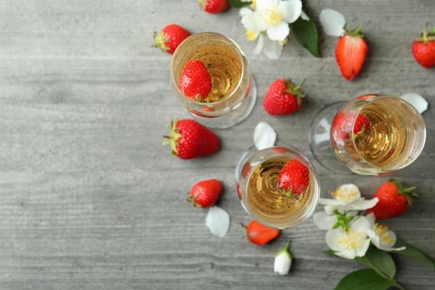 Концепция вкусного напитка с коктейлями россини на сером текстурированном столе