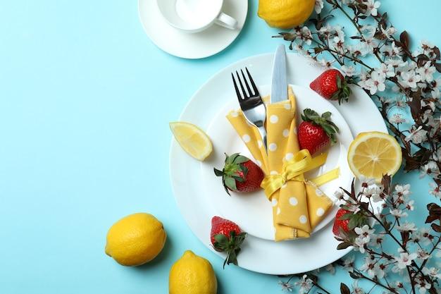 Концепция вкусной еды на синем фоне