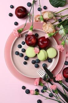 Концепция вкусной еды на розовом фоне