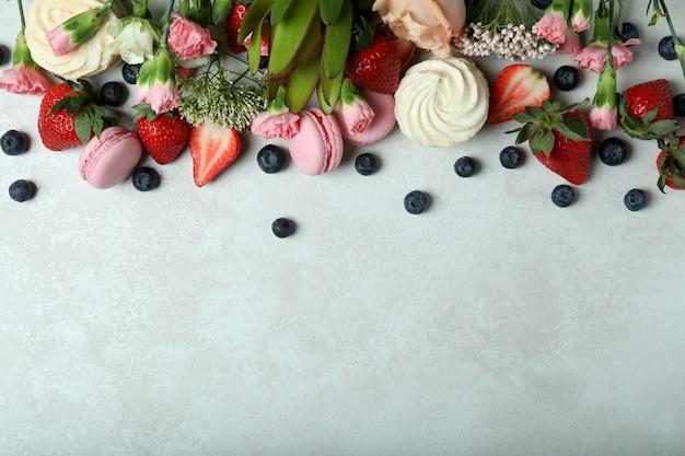 Концепция вкусной еды на белом текстурированном фоне