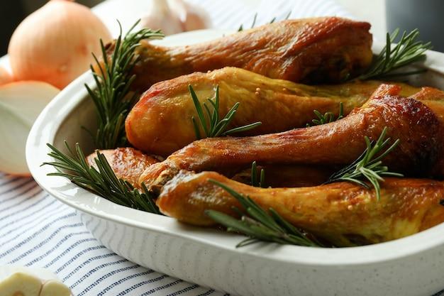 로스트 치킨 나지만 베이킹 트레이와 맛있는 식사의 개념