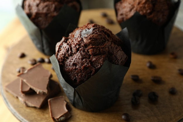 チョコレートマフィンとおいしい料理のコンセプト、クローズアップ。
