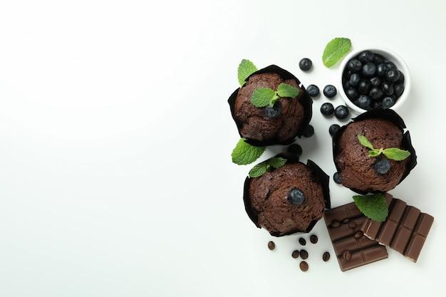 白い背景の上のチョコレートマフィンとおいしい料理のコンセプトです。