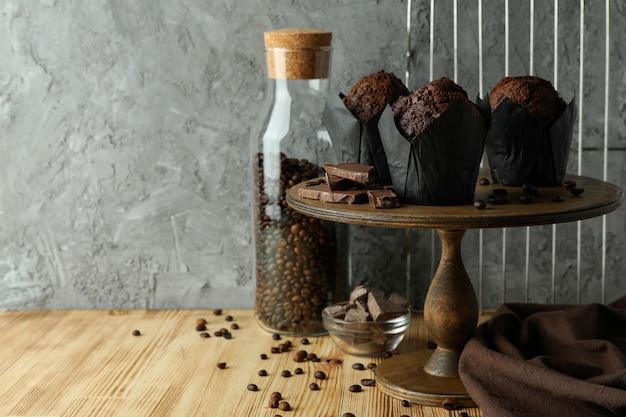 チョコレートマフィン、テキストのためのスペースでおいしい料理のコンセプト。
