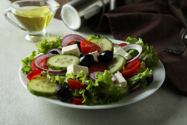 Концепция вкусной еды с греческим салатом на белом текстурированном
