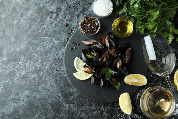 Концепция вкусной еды с мидиями на черном дымчатом столе