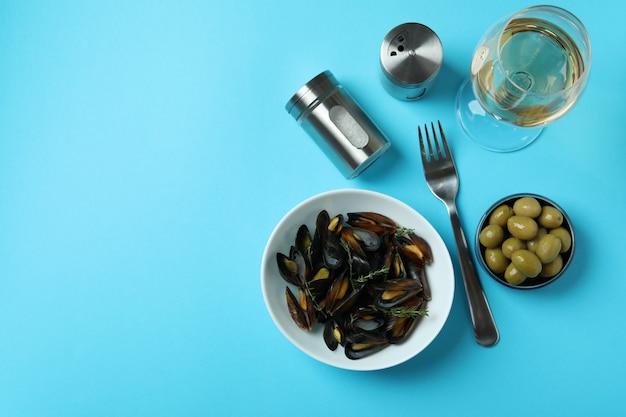 Концепция вкусной еды с мидиями на синем фоне