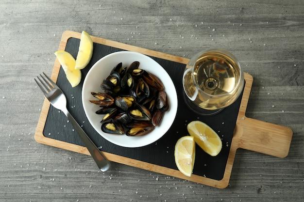 Концепция вкусной еды с мидиями на сером текстурированном столе