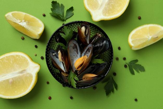 Концепция вкусной еды с мидиями на зеленом фоне
