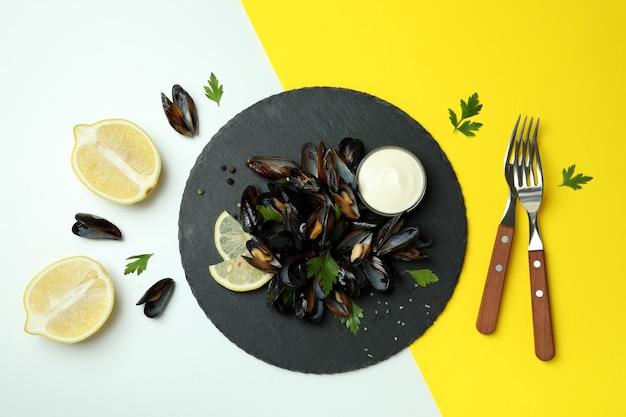 Концепция вкусной еды с мидиями на двухцветном фоне