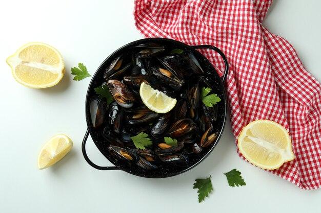 Концепция вкусной еды с мидиями на белом фоне