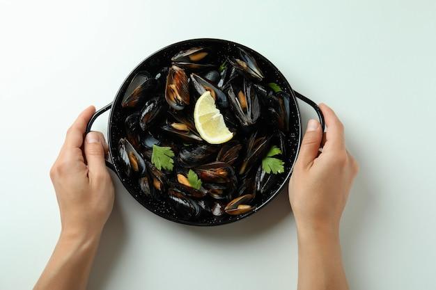 흰색 바탕에 홍합을 곁들인 맛있는 음식의 개념
