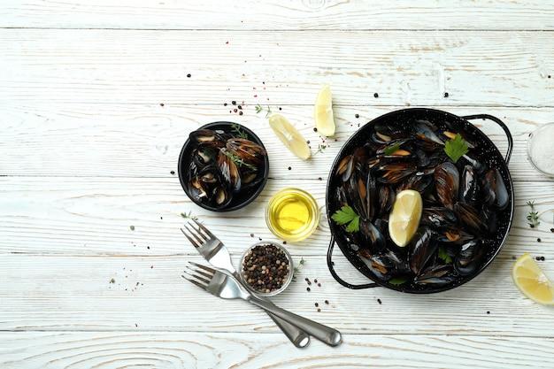 Концепция вкусной еды с мидиями на белом деревянном столе