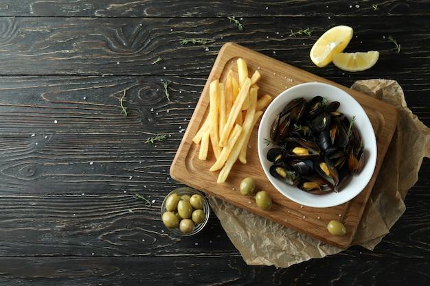 Концепция вкусной еды с мидиями на деревянном столе