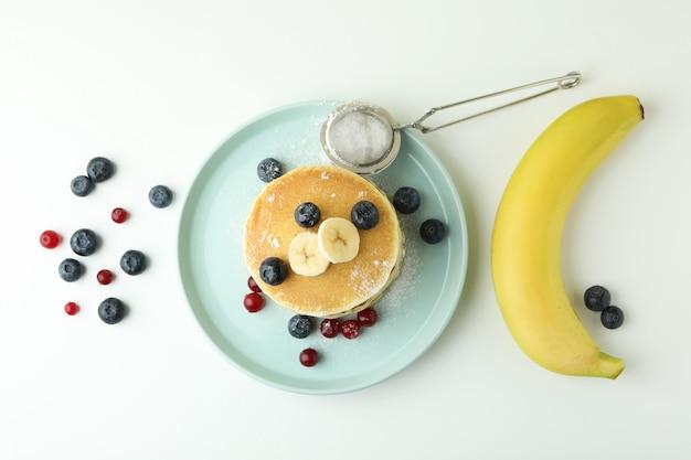흰색 테이블에 팬케이크와 함께 맛있는 음식의 개념