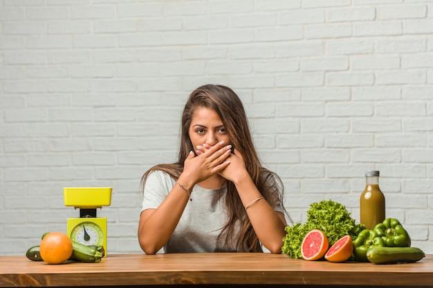 Концепция диеты. портрет здоровой молодой латинской женщины, прикрывающей рот, символ молчания и репрессий, пытающихся ничего не говорить