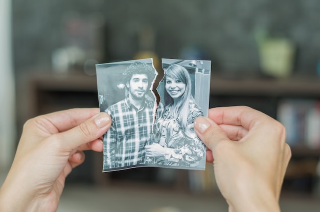 Понятие развода, предательства, разлуки, разрыва руки фото пары
