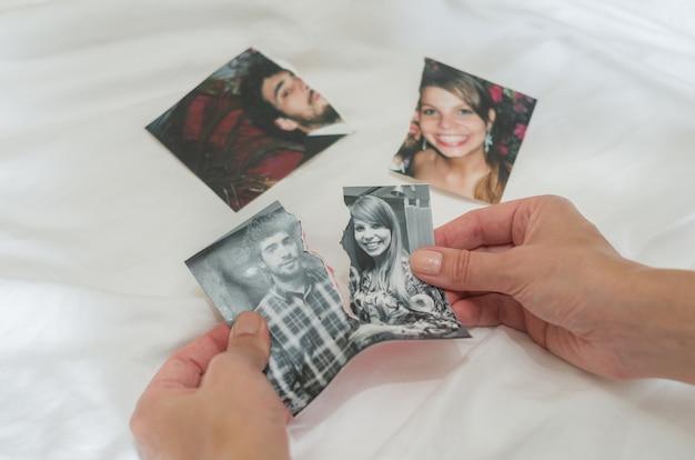 離婚、裏切り、分離、カップルのリッピング写真の手