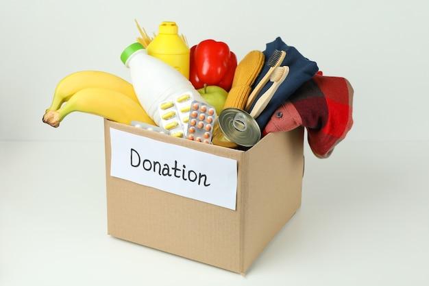 白い背景の上の募金箱で寄付の概念