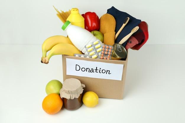 Концепция пожертвовать с коробкой для пожертвований на белом фоне