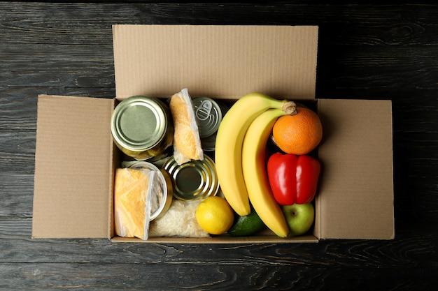 木製のテーブルの募金箱で寄付の概念