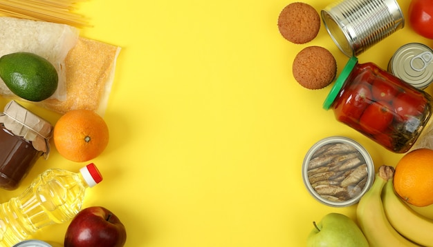 Концепция пожертвования с различными аксессуарами на желтом фоне